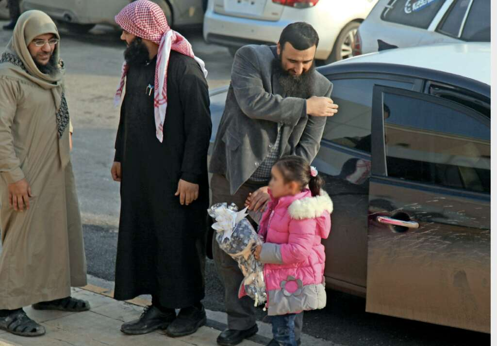 Syria rebels hand 4-year-old to her Belgian mother - News