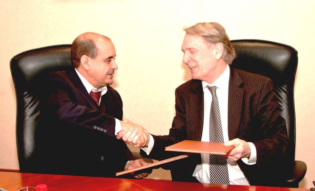 UOWD, EFQM sign deal