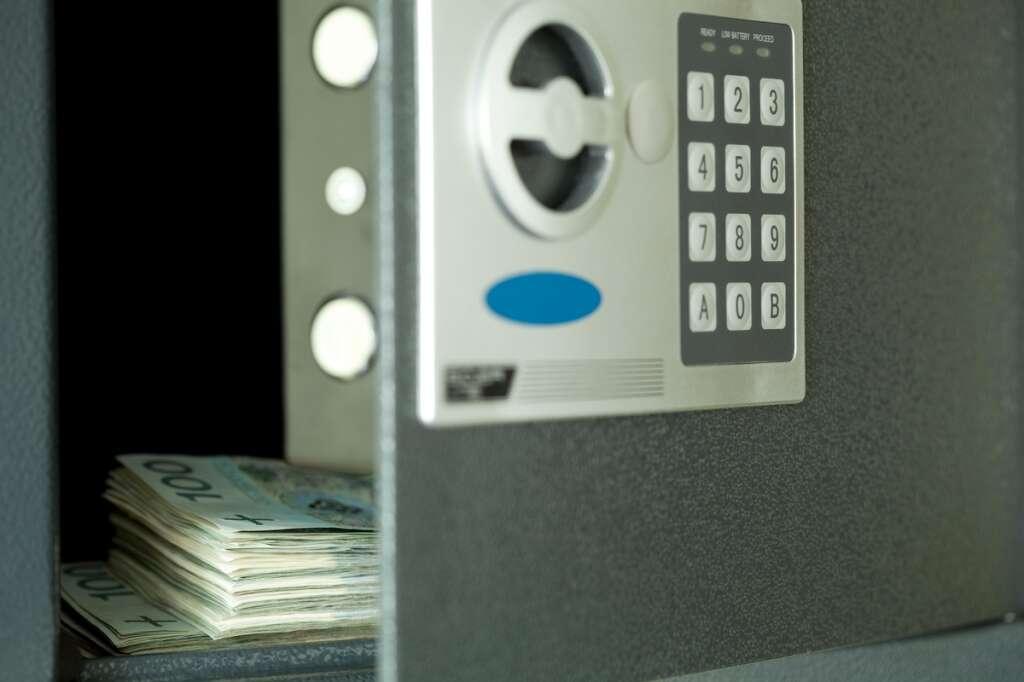 crime in dubai, crime in UAE, embezzlement, fugitive, dubai court, money exchange