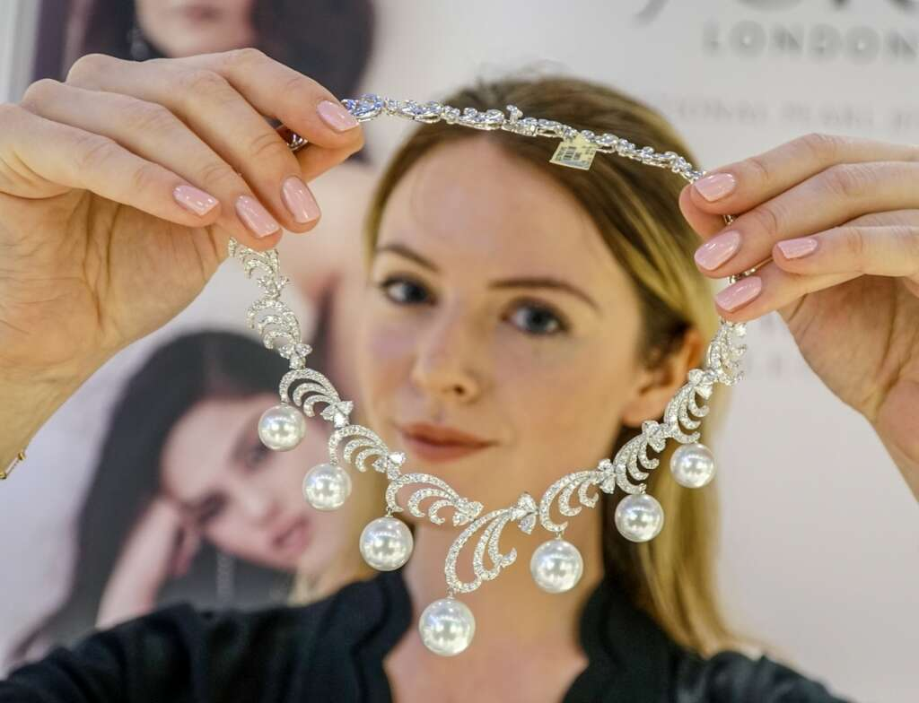 Low gold prices tempt shoppers at Sharjah jewellery exhibition