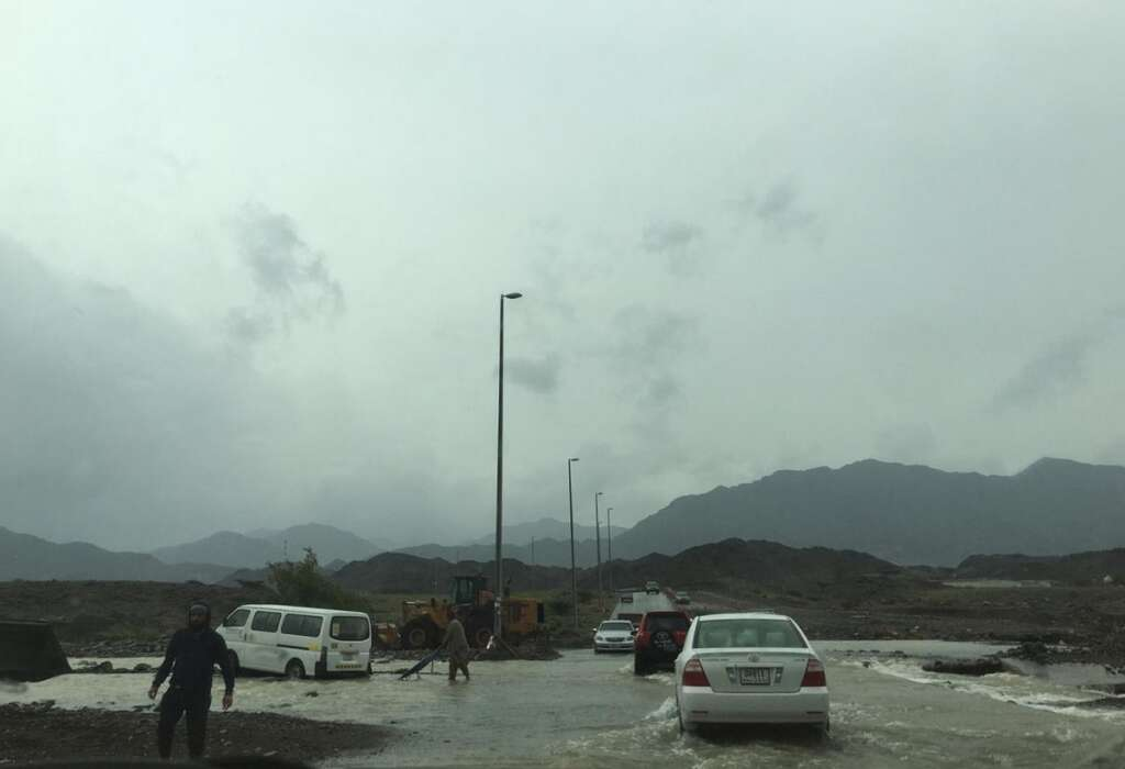 fujairah, uae, rain, weather, weather update,bus, stuck, flooded, uae valley, pulled out, safety