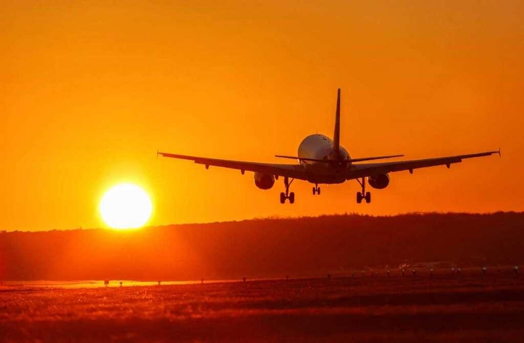 Passenger, causes, plane, divert, eat, mobile phone