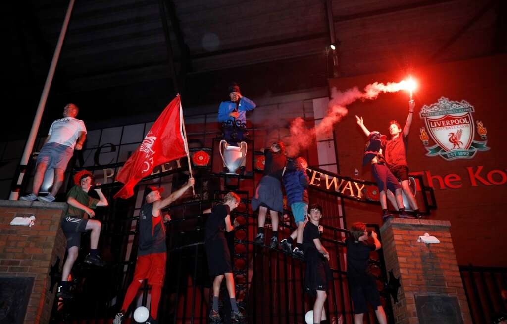 Liverpool, fans, ignore, social-distancing, rules, coronavirus, Covid-19, celebrate, Premier League, title