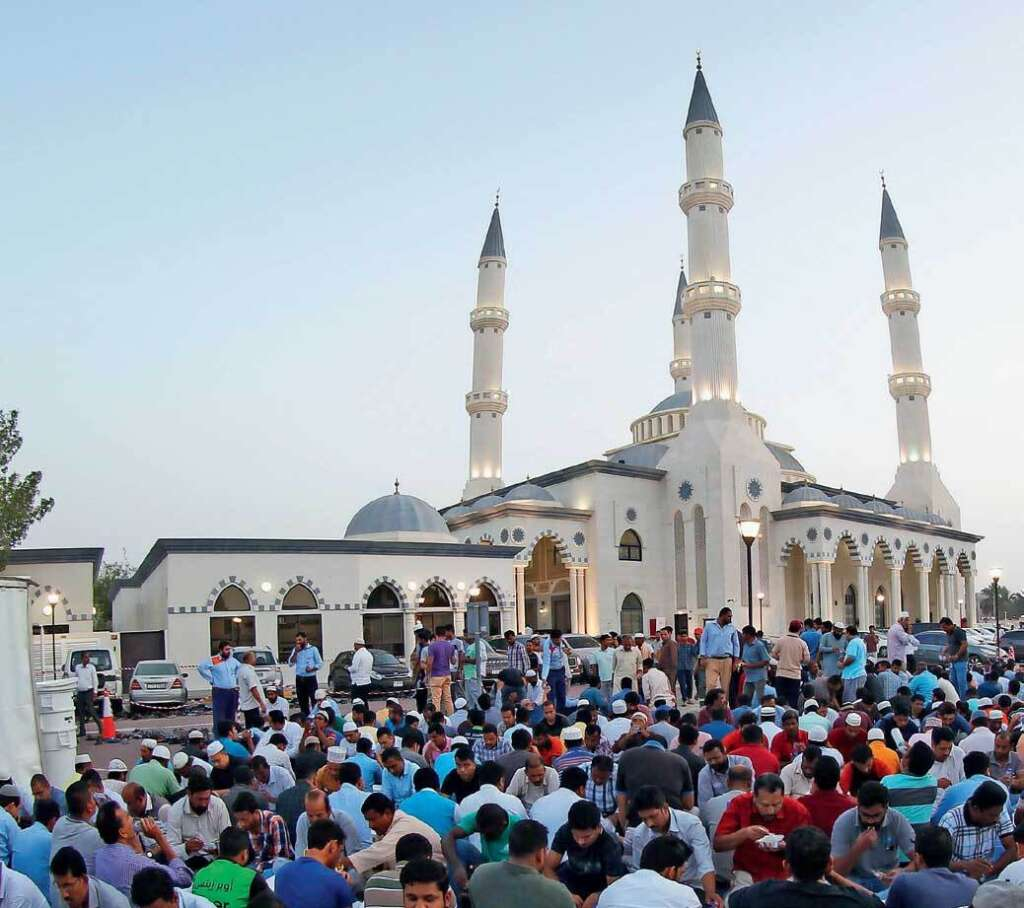 Dubais Blue Mosque Serves Iftar To One And All News