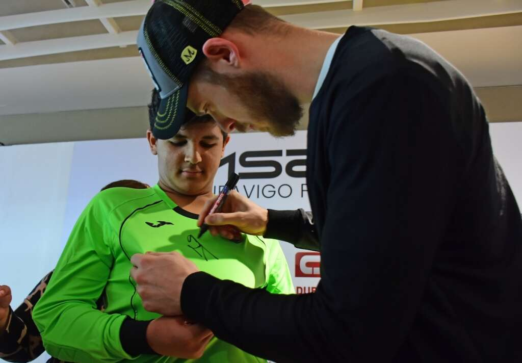 Gloves are off as de Gea gives valuable tips to kids