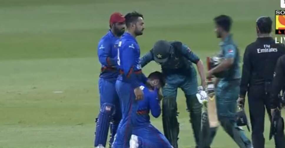 Shoaib Malik consoles crying cricketer after match