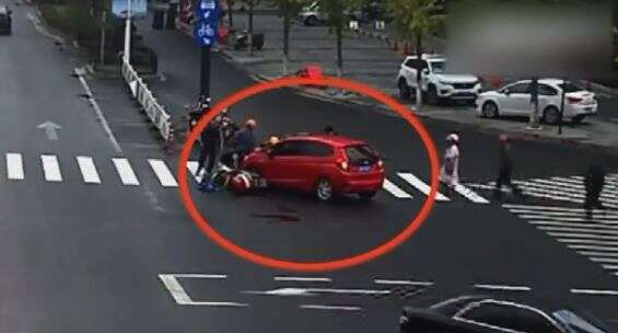 Video, Car, runs, over girl, passers-by, lift, vehicle, rescue, surveillance, heartwarming