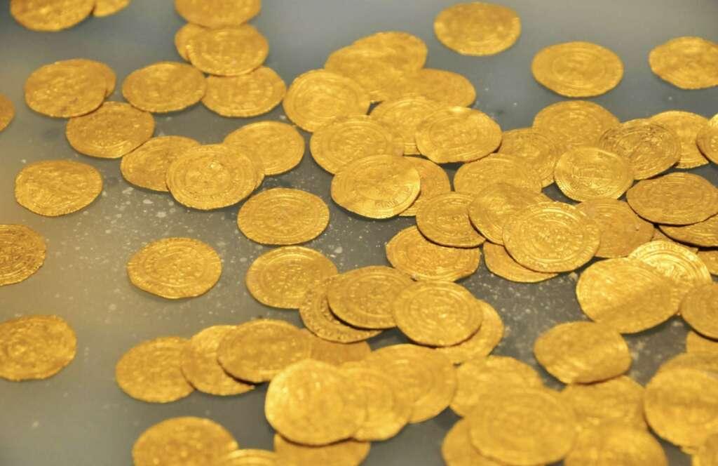 8 held, Sharjah, selling, fake, gold coins