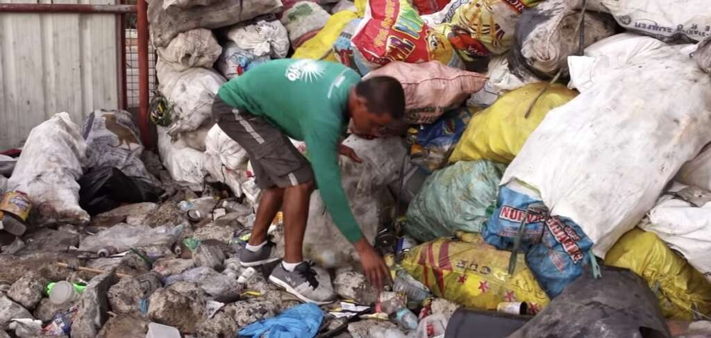 Video: Man collects garbage, sends daughter to university