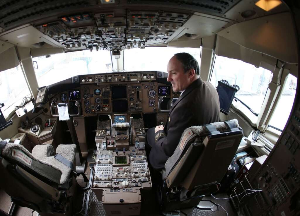 Airlines, flight schools lure pilots with cheaper - or free
