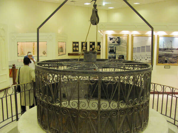 How much water does Zamzam well pump?