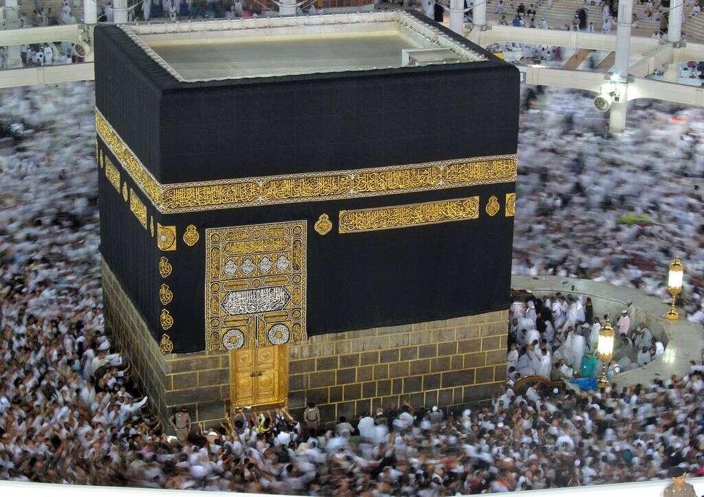 What keeps Makkahs floor cool in soaring temperatures?