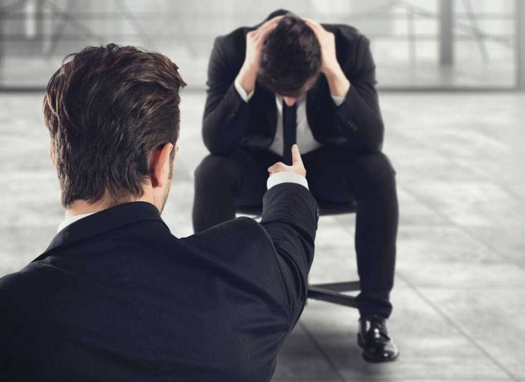 Dubai, salesman, gropes, colleague, shop, loses, job