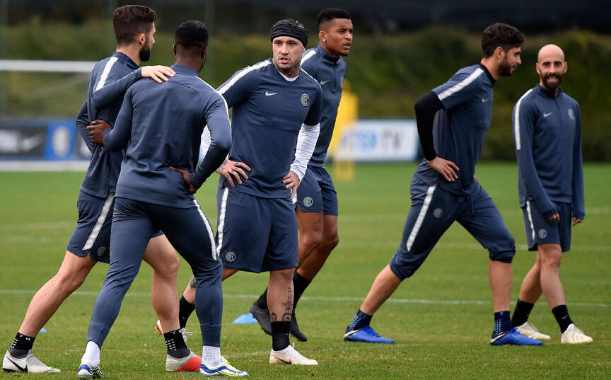 e6c9d6876b7 Inter Milan s Radja Nainggolan and teammates stretch during a training  session on the eve of the Champions League match against Barcelona.