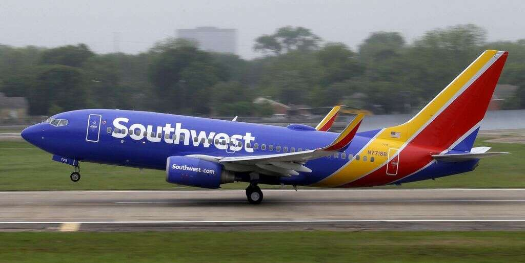 Plane returns to Los Angeles after fight between passengers