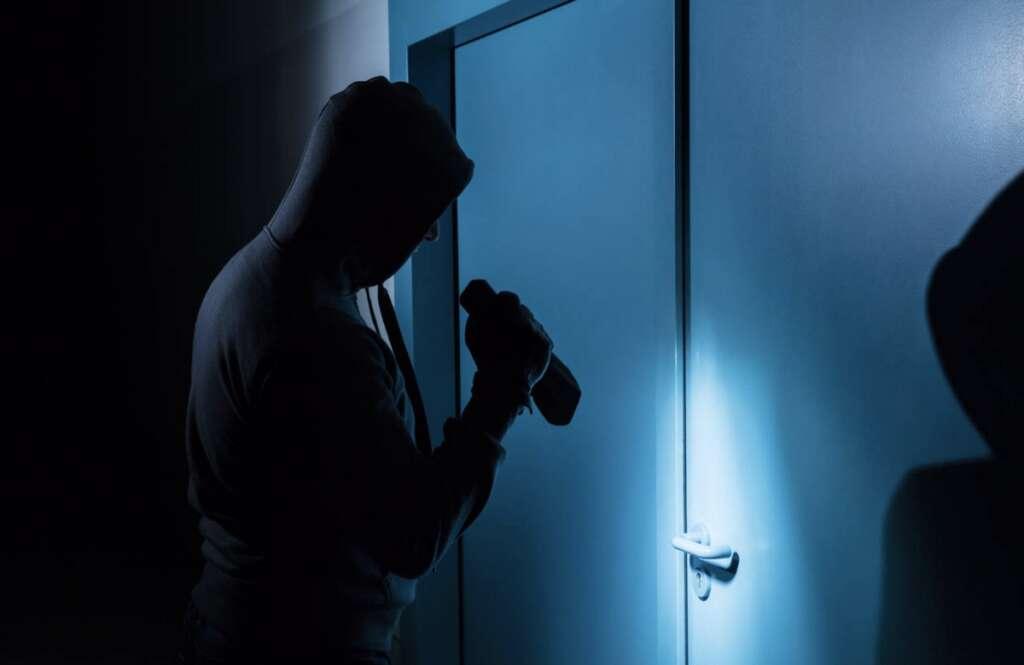 Thieves, chainsaw, break locks, steal masks, nuts, Dubai store