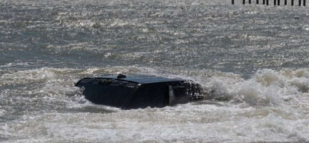 Black Range Rover stuck on the beach - News | Khaleej Times