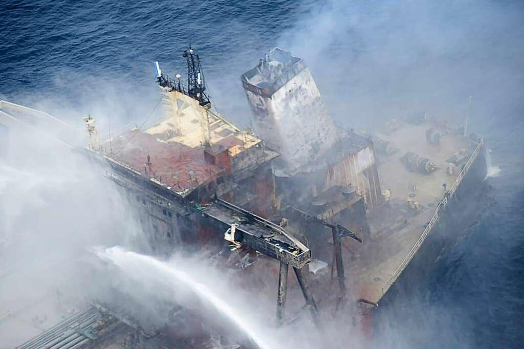 Burning, oil, tanker, sri lanka, new diamond, navy, indian ocean