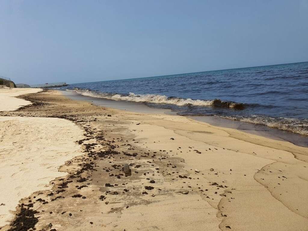 twin oil spills, beaches, Sharjah, warns, vessels