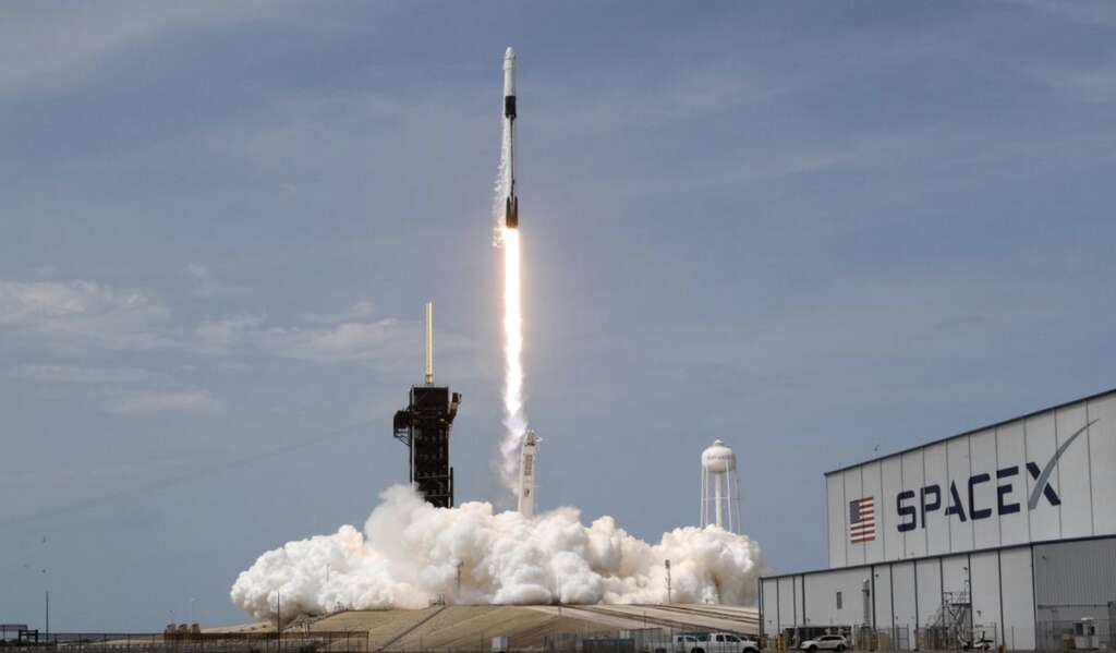 SpaceX, astronaut-riding, Dragon, arrives, space station